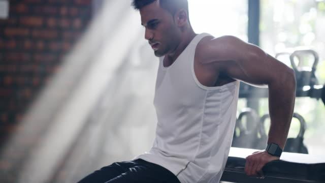 역방향 pushup 비결 본문 - 근육질 체격 스톡 비디오 및 b-롤 화면