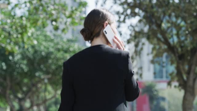 vídeos de stock, filmes e b-roll de os contatos comerciais certos levam você a lugares - parte do corpo humano