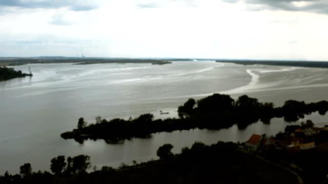 kasvetli bulutlu bir günde nehir tuna nehri - drone shot - sale stok videoları ve detay görüntü çekimi