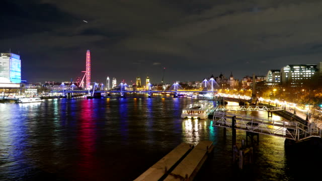 the river thames london by night - time lapse - inghilterra sud orientale video stock e b–roll