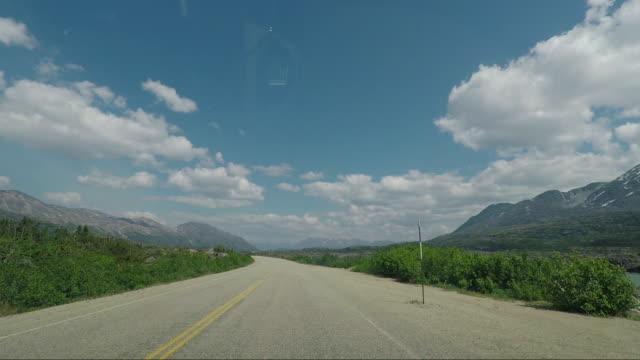 vägen mellan carcross i kanada och skagway i alaska - bergsrygg bildbanksvideor och videomaterial från bakom kulisserna