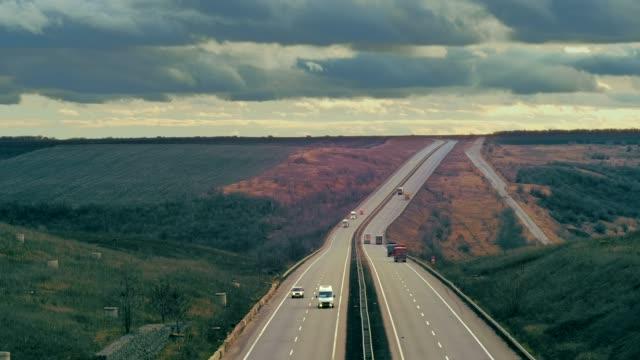 a estrada vai para a distância. Rodovia em perspectiva e carros - vídeo