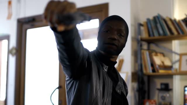 vídeos de stock e filmes b-roll de the robber aiming with the gun - roubar crime