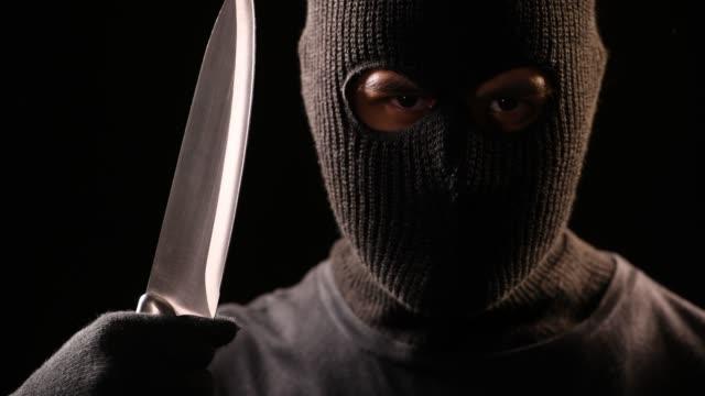 vídeos y material grabado en eventos de stock de el ladrón sostener el cuchillo en la mano - cuchillo cubertería