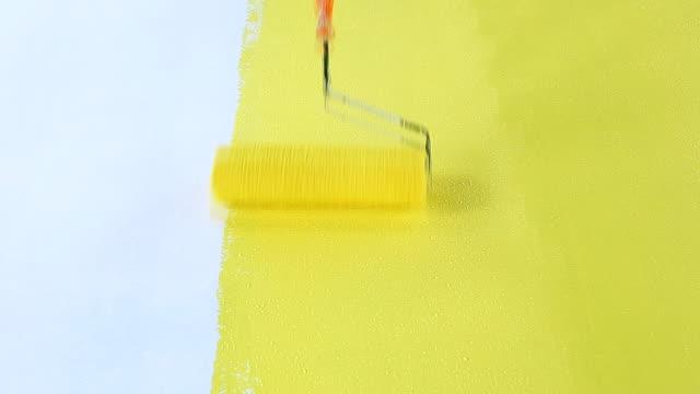 the roller is painted yellow on the floor. - taca filmów i materiałów b-roll