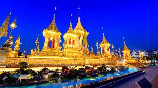 vídeos de stock e filmes b-roll de the royal crematorium of king bhumibol adulyadej, thailand. day to night 4k hyper time lapse - dia de reis