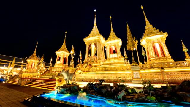 vídeos de stock e filmes b-roll de the royal crematorium of king bhumibol adulyadej, thailand. night to day 4k hyper time lapse - dia de reis