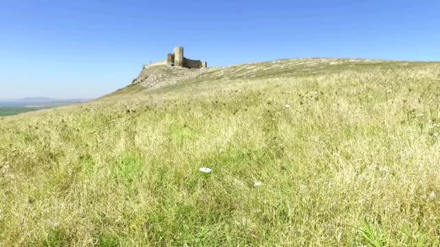 the ruins of medieval fortress yeni sale romania - męczennik filmów i materiałów b-roll