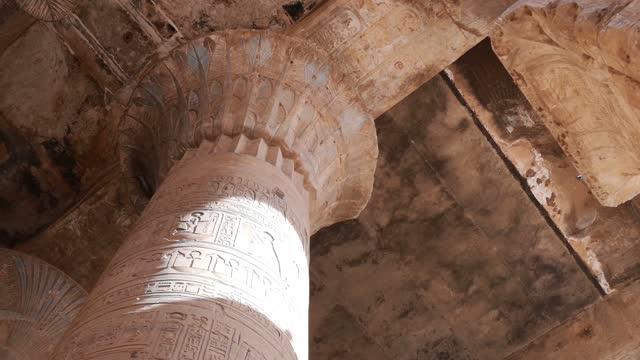 vídeos de stock, filmes e b-roll de as ruínas do antigo templo de hórus em edfu, egito - civilização milenar
