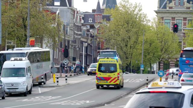 amsterdam sokaklarında çalışan ambulans - estonya stok videoları ve detay görüntü çekimi