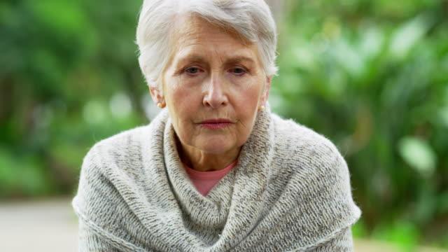 vídeos de stock, filmes e b-roll de o lado triste de envelhecer - pena