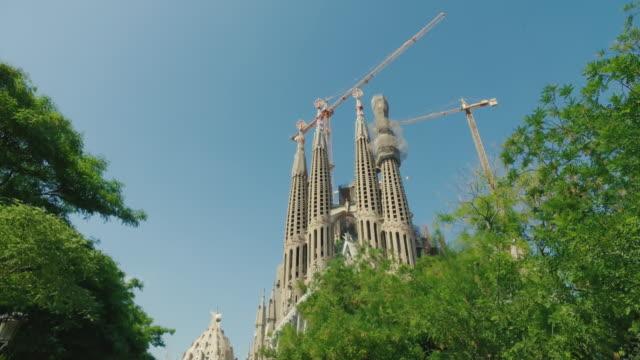 stockvideo's en b-roll-footage met la sagrada familia in barcelona, spanje spanje - stabilized shot