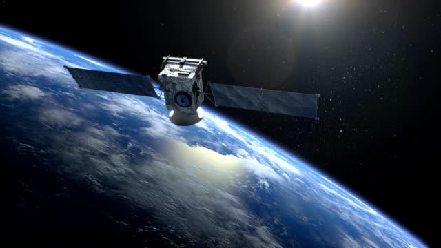 衛星スキャンとモニターの地球。衛星が地球を回っています。カメラは、衛星のクローズ アップを撮影します。地球の地平線は右になっています。4 k。 - スパイ点の映像素材/bロール