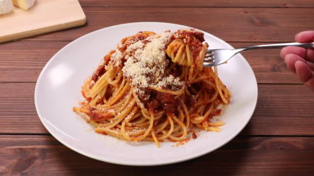 vidéos et rushes de la scène qui tord le spaghetti autour de sa fourchette. - spaghetti bolognaise