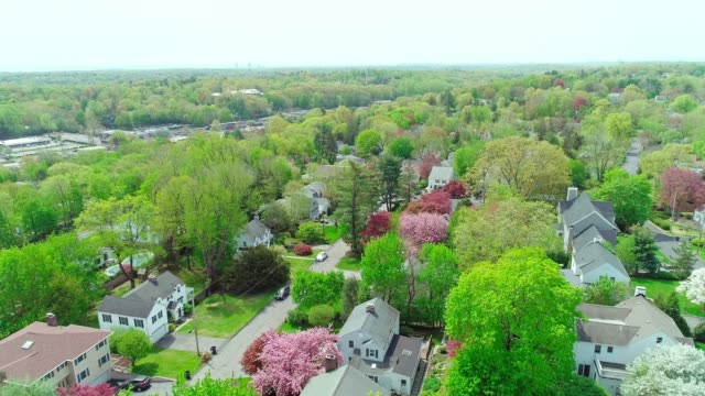 vídeos de stock e filmes b-roll de the scenic aerial view of scarsdale city, westchester county, new york state, usa, at spring sunny day. - green city