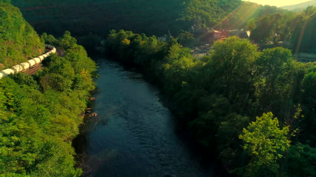 the scenic aerial view of the lehigh river near by jim thorpe, pennsylvania, at sunset. - горы поконо стоковые видео и кадры b-roll
