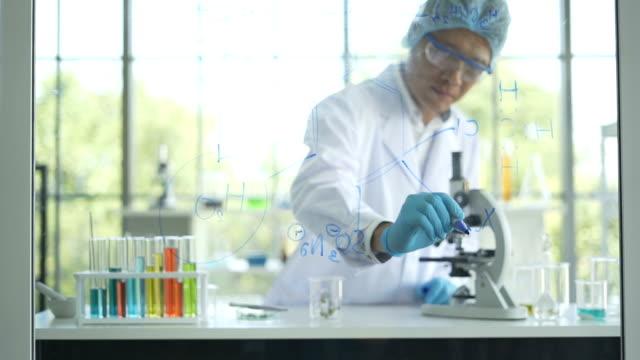 den vetenskapsman läkare manliga fungerande medicinsk datan i laboratorium, läkare som arbetar med mikroskop i laboratorium. medicinsk expertis och diagnostik - medicinskt stickprov bildbanksvideor och videomaterial från bakom kulisserna