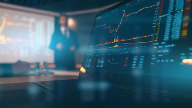 stockvideo's en b-roll-footage met het scherm met grafiek en de zakenman op achtergrond - marketing planning