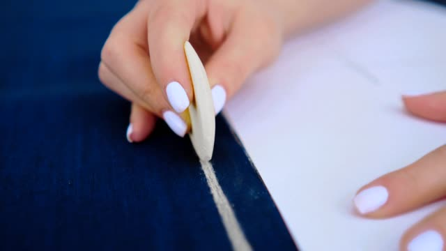 the seamstress working with a cloth and a chalk - cucitura video stock e b–roll