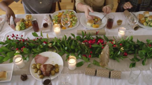 la stagione che celebriamo insieme - pranzo di natale video stock e b–roll