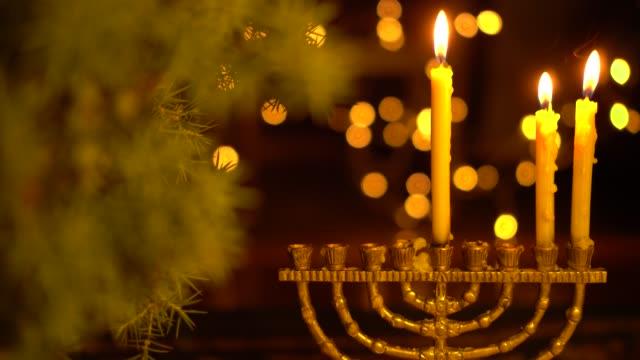 하누카의 두 번째 밤. 메오라의 두 개의 불빛 - 촛불 조명 장비 스톡 비디오 및 b-롤 화면