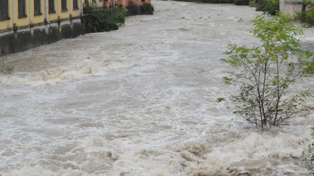 大雨の後の腫れ・ セリオ川。北イタリア、ベルガモの州 - ダメージ点の映像素材/bロール