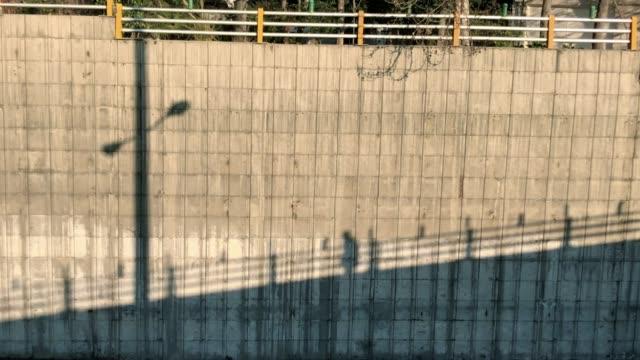 一個人穿過橋的影子。 - 德黑蘭 個影片檔及 b 捲影像