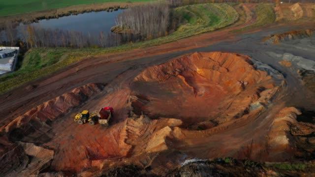 vídeos de stock, filmes e b-roll de a mineração de xisto de cima. vista aérea para abrir o meu elenco. indústria pesada como fonte de emissões. - erodido