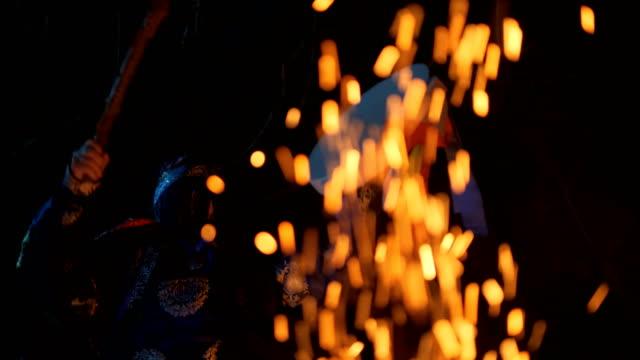 シャーマンは火のそばに座っているドラムを打つ。 - 各国の観光地点の映像素材/bロール
