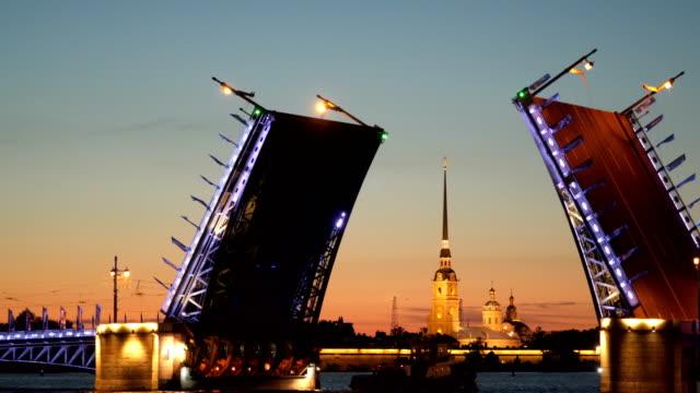 vídeos de stock, filmes e b-roll de o navio parte debaixo da ponte de palácio diluídos. à noite - característica arquitetônica