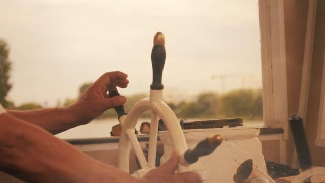 kapitan statku odwraca koło statku - ster fragment pojazdu filmów i materiałów b-roll