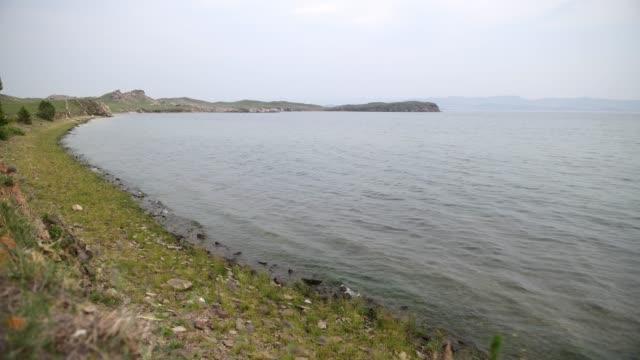vídeos de stock e filmes b-roll de the shore of lake baikal - lago baikal