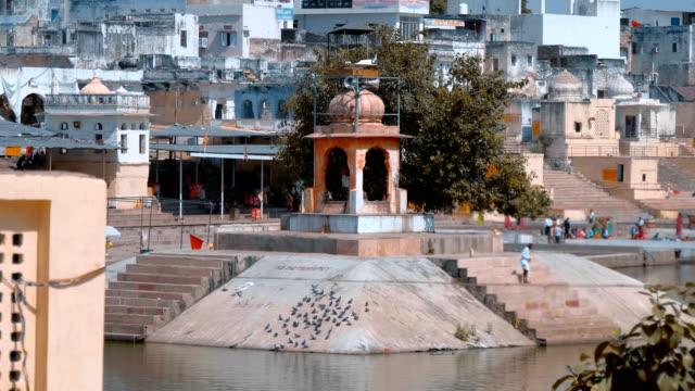 the shore of the sacred lake pushkar in the city of pushkar, india - ghat filmów i materiałów b-roll