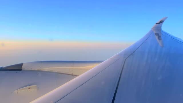 日本の白い飛行機の側面翼 ビデオ