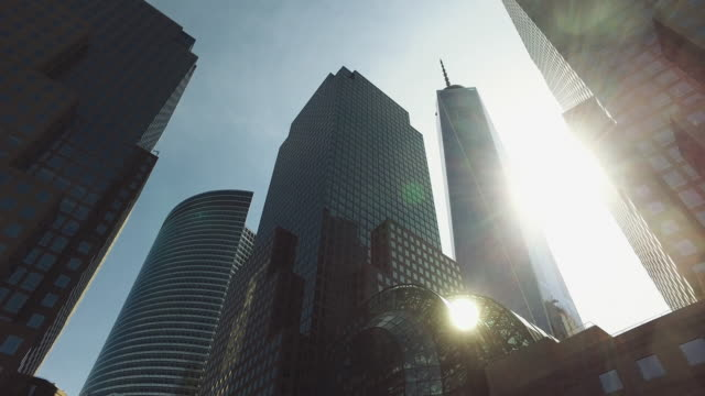 die wolkenkratzer von new york city: one world trade center - stadtzentrum stock-videos und b-roll-filmmaterial