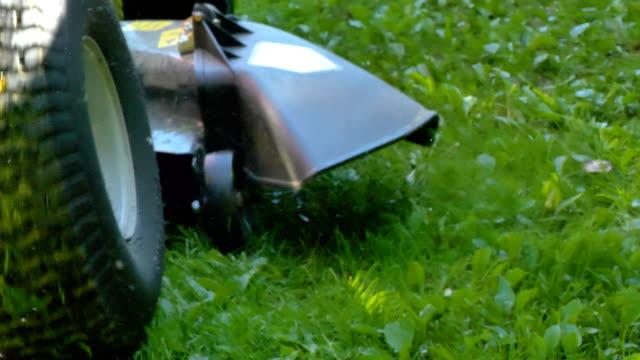 草掃除機の小さな車輪 ビデオ