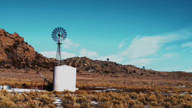 The small wind-powered water pump in Colorado, USA - vídeo