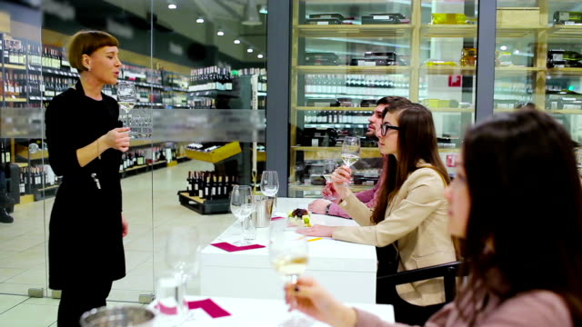 The sommelier present the wine to people on degustation video