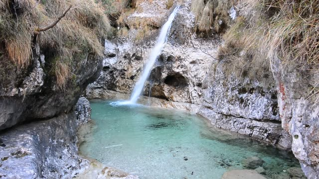 the sound of a cascade of pure, crystalline water gushing from the mountain - национальный парк плитвицкие озёра стоковые видео и кадры b-roll