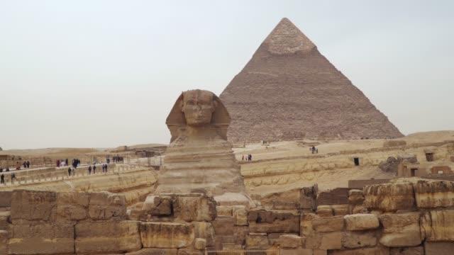 stockvideo's en b-roll-footage met de sfinx tegen de piramide van khafre - geschiedenis