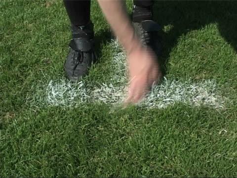 der ideale ort für ein football-feld auf perfom gebühr verfügbar - strafstoß oder strafwurf stock-videos und b-roll-filmmaterial