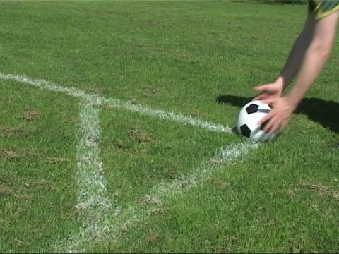 スポットでのサッカーフィールドを実行するようなコーナー - サッカークラブ点の映像素材/bロール