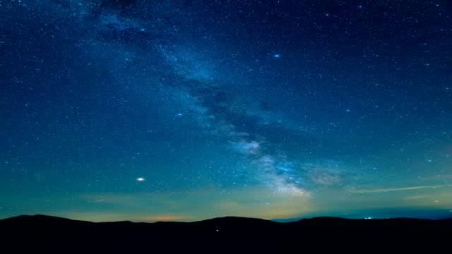 山の上の星空。時間の経過 - 星型点の映像素材/bロール