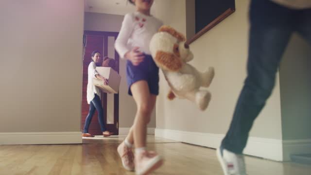 beginn eines neuen kapitels in ihrer familie buch - neues zuhause stock-videos und b-roll-filmmaterial