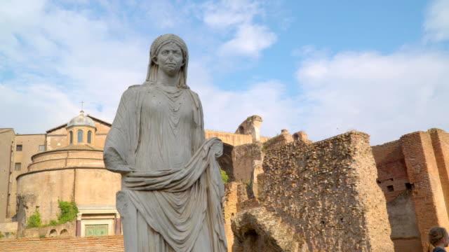 vídeos de stock, filmes e b-roll de a estátua de uma senhora na basílica dentro das ruínas em roma, na itália - característica arquitetônica