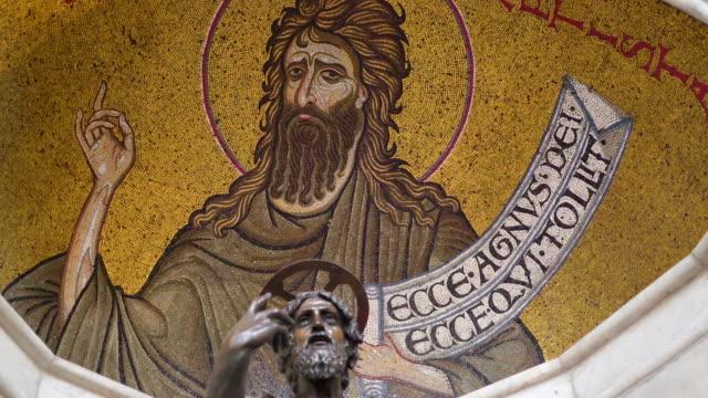 シチリア島パレルモの大聖堂の内部の聖人の像 - モンレアーレ点の映像素材/bロール