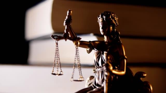 statyn av rättvisa - statyett, ljus och böcker - lagbok bildbanksvideor och videomaterial från bakom kulisserna