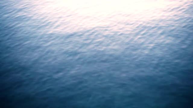vídeos y material grabado en eventos de stock de la piedra cae al agua.cámara lenta. - charca