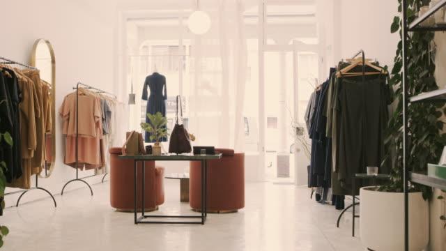 vídeos de stock e filmes b-roll de the store to keep you stylish - centro comercial