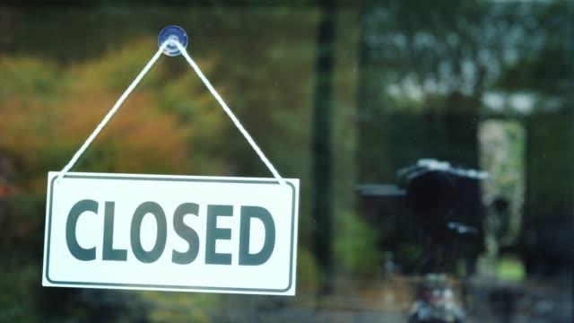 stockvideo's en b-roll-footage met de winkel werknemer zijn werkdag begint, de plaat draait om naar de open positie - shop sign